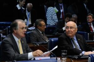 O relator da proposta, Dalírio Berber (e), e Flexa Ribeiro, em sessão no Plenário do Senado